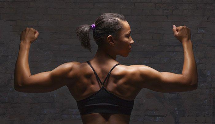 Hoe moeten vrouwen hun schouders trainen.